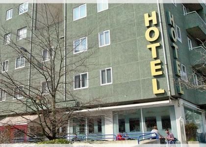 Fachada y terrada del Hotel * * A Barquiña en Fonteculler - A Coruña